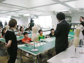 上越市立吉川小学校の生徒が本学で立体裁断に挑戦