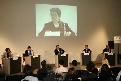 「ファションデザインシンポジウム2010」に本学の小杉教授が参加しました。