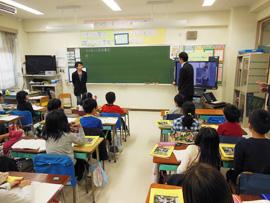 修了生が代々木小学校で講義を実施しました。