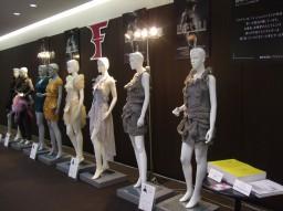 2012年10月23日(火)~25日(木)渋谷ヒカリエ ヒカリエホールにて開催の合同展示会「PLUG IN」(繊研新聞社主催)にデザインコース修了生と在学生が作品を展示。