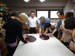 東京都内にある皮革製品の工房・展示会場を見学しました