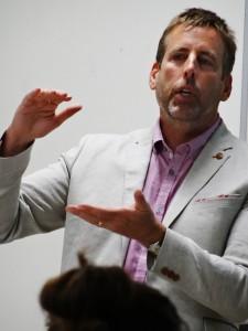 「WWDMAGIC」代表Christopher Griffin(クリストファー・グリフィン)氏と「PROJECT」セールスマネジャーEdwina Kulego(エドウィナ・クレゴ)氏による特別講義が行われました