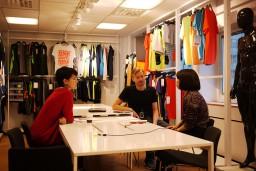 「H&M」との共同プロジェクト「ストリート・アウトドア・プロジェクト」優勝者の特典であるスウェーデン本社でのインターンシップが行われました