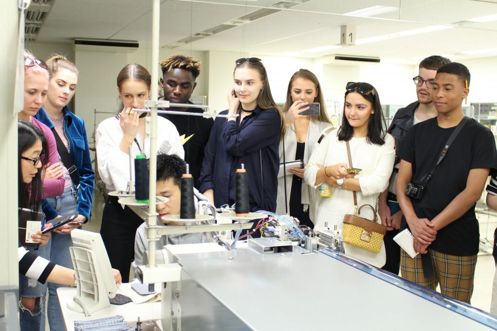 生産管理実習室にて機械のデモンストレーションを見学