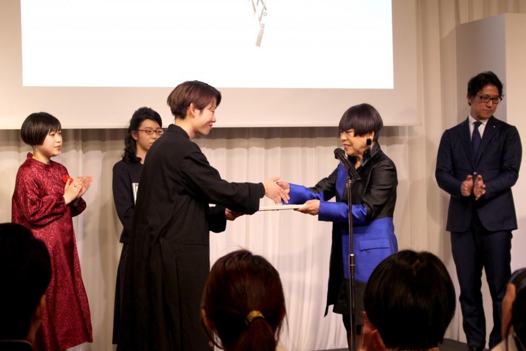 表彰を受ける石川さん