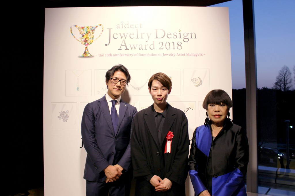 特別審査員のコシノジュンコ氏(右)と装苑編集長の児島幹規氏(左)