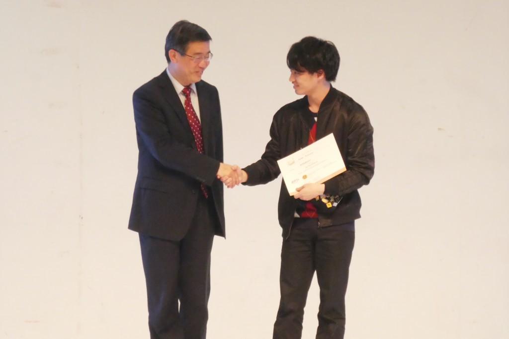 表彰を受ける西村さん(右)